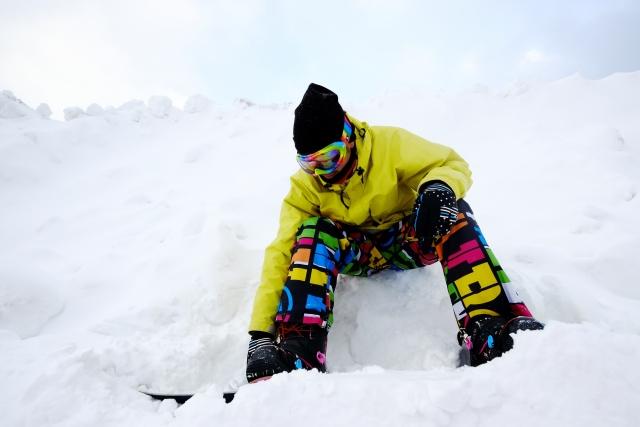 スノーボードの履き方を試している画像