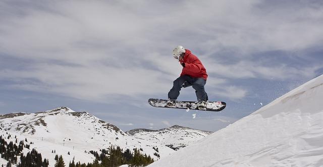 スノーボードウェアを着てカッコイイスタイルを決めている画像