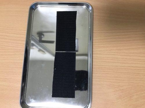 鉄板にマジックテープを貼り付けた画像