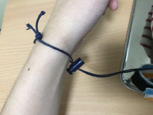 腕に紐を通した画像