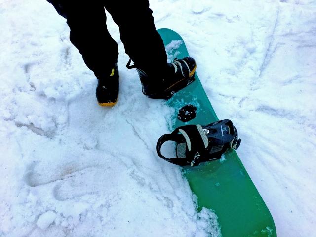 スノーボードを片足だけで滑る!リフトを上手に乗り降りするための滑り方