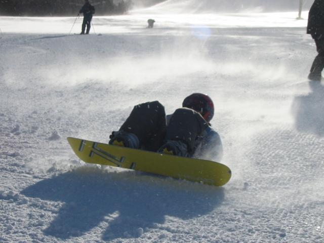 スノーボード初心者必見!怪我しづらい転び方の基本とプロテクターの重要性