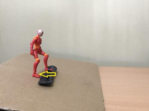 3.後ろ足で雪面を蹴り、思い切って板の後ろに移動