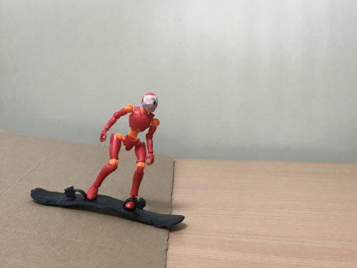 3.目線は進行方向に向け、後ろ足を板の上に乗せて滑る