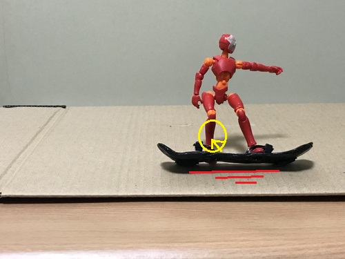 5.できることなら両方のつま先を上げてブレーキし、減速したところ後ろ足を板から出して止める