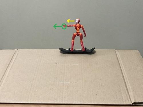 1.つま先側で立って、前側の腕を板の先端方向に指を差す