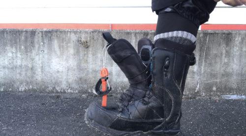 1.ブーツに足を入れる