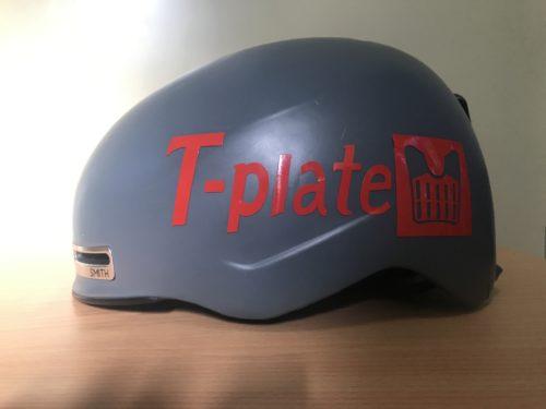 グレーのヘルメットに「T-plate」の赤いステッカー